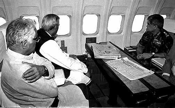 The then PM Atal Bihari Vajpayee defene minsiter and the chief of Army surveying Kargil